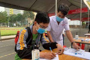 Sinh viên TP.HCM kín mít khẩu trang ngày đầu trở lại kí túc xá
