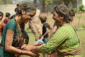 Lễ hội ném phân bò kỳ lạ ở Ấn Độ
