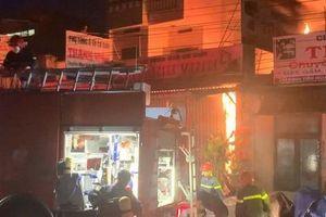 Ứng cứu kịp thời hai cha con mắc kẹt trong ngôi nhà đang bốc cháy dữ dội