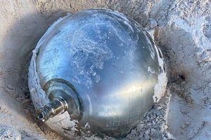 Phát hiện quả bóng kim loại bí ẩn khắc tiếng Nga trên bãi biển Bahamas