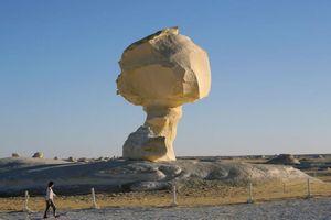 Những khối đá kỳ lạ ở sa mạc trắng