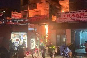 Kịp thời giải cứu hai cha con mắc kẹt trong ngôi nhà bốc cháy dữ dội