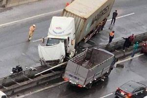 Lao vào dải phân cách, xe đầu kéo đâm xe tải, nằm vắt ngang đường trên cao