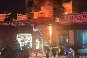 Cứu 2 cha con mắc kẹt trong vụ cháy cửa hàng phụ tùng xe