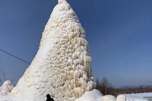 Ngoạn mục nước phun từ đáy giếng, tạo tháp băng cao 10m