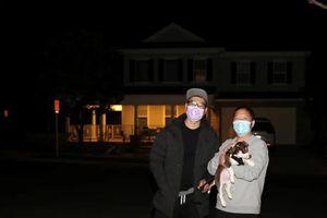 Hàng xóm canh gác mỗi đêm bên ngoài ngôi nhà gia đình gốc Á ở quận Cam