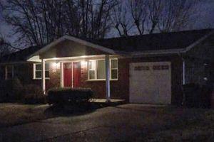 Bé gái 11 tuổi tìm thấy cha mẹ tử vong trong nhà khi cách ly Covid-19