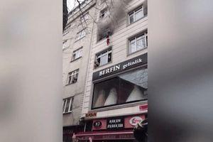 Tòa nhà bốc cháy, mẹ ném 4 con từ tầng 3 xuống khiến những người chứng kiến 'đứng tim'