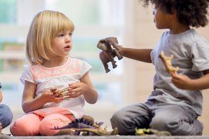 Cách dạy trẻ biết chia sẻ