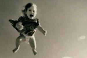 Chuyện trùng hợp khó tin về người đàn ông cứu mạng một đứa trẻ 2 lần rơi khỏi cửa sổ căn hộ trên cao vẫn bình an vô sự