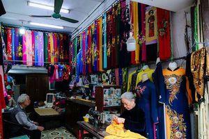 Gia đình 4 đời may áo dài ở phố Cổ: Từ chân máy khâu rỉ sét đến thương hiệu nổi danh Hà thành