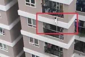 Clip thót tim thanh niên kịp đỡ bé gái rơi từ tầng 12 chung cư