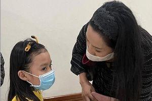 Con gái học lớp 1 của Thương Tín đến bệnh viện thăm cha