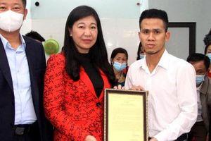 'Người hùng' cứu bé gái 3 tuổi rơi từ lan can tầng 13 chung cư xuống nhận Thư khen, Bằng khen của lãnh đạo Hà Nội tại nhà riêng