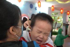 Trẻ mầm non òa khóc trong ngày trở lại trường học
