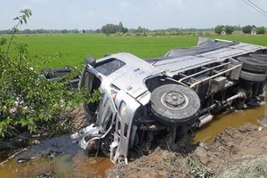 Thêm một người tử vong trong vụ xe tải tông ôtô 16 chỗ