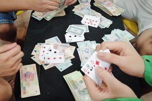 11 người đánh bạc trong phòng karaoke