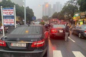 Tạm giữ 2 ô tô biển giống hệt nhau đụng mặt trên phố Hà Nội