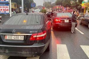 Vụ 2 xe sang Mercedes E300 cùng biển số 'chạm mặt' trên phố: Diễn biến mới nhất