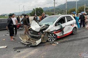 Tin giao thông đến sáng 2/3: Ô tô con đâm xe tải lộn nhiều vòng; container mất lái tông chết người đi xe máy
