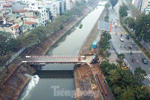 Bên trong rào chắn công trình thi công mở rộng cầu Yên Hòa bắc qua sông Tô Lịch.