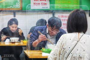 Người Hà Nội tuân thủ phòng dịch tại quán ăn, hàng cafe