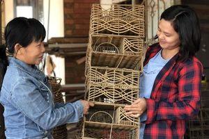Tây Ninh: Sản phẩm từ nhựa giả mây giúp chị em tăng thu nhập