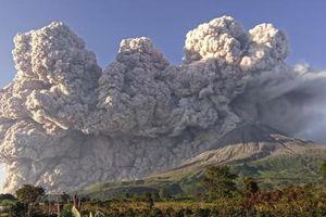 Núi lửa Sinabung ở Indonesia bất ngờ phun tro bụi dữ dội