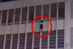 TP.HCM: Nữ sinh lớp 6 treo mình lơ lửng ở lan can tầng 3 được bác bảo vệ cứu kịp thời