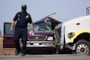 Ôtô và xe đầu kéo tông nhau ở California, 13 người thiệt mạng