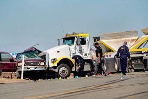 Xe đầu kéo đâm xe thể thao đa dụng, 15 người thiệt mạng