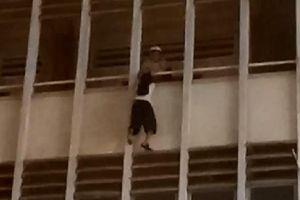 Nữ sinh lơ lửng ngoài lan can tầng 3 của trường được cứu kịp thời