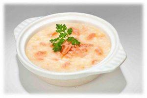 Cháo cá hồi nên nấu với loại rau gì để tạo thành món ăn dặm giàu dinh dưỡng cho trẻ?