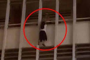 Nguyên nhân nữ sinh treo lơ lửng ngoài lan can tầng 3 trường học ở TP.HCM