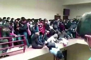 Đám đông sinh viên chen nhau khiến lan can tầng 4 bất ngờ gãy, ít nhất 7 người ngã xuống đất tử vong