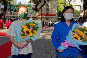 TPHCM: Hai nữ tân binh lên đường nhập ngũ