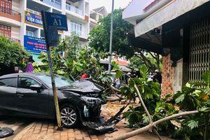 Xe 4 chỗ mất lái tông gẫy cây, sập mảng tường nhà dân