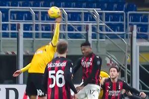 Pha bóng lộ liễu giúp Milan thoát thua ở phút 90+7