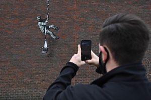 Bức vẽ tù nhân vượt ngục nghi của nghệ sĩ bí ẩn Banksy