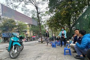 Hà Nội: Chưa được 'lệnh', hàng quán vỉa hè ngang nhiên hoạt động, vi phạm phòng dịch