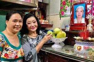 NSND Kim Cương thắp hương tri ân nữ y tá nuôi dưỡng 'bé Thương Thương'