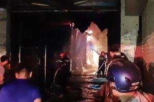 Cháy lớn thiêu rụi hàng chục ki ốt chợ ở Điện Biên