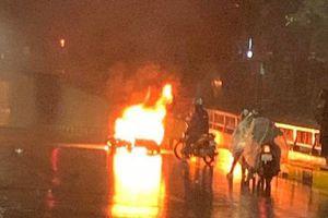 Triệu tập tài xế lái ô tô tông xe máy bốc cháy rồi bỏ chạy ở Hà Nội