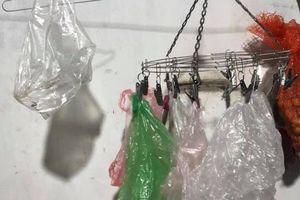 Khoe gia đình tiết kiệm bằng cách rửa túi nilon sau khi sử dụng, ai ngờ cư dân mạng chỉ ra sai lầm cần bỏ ngay