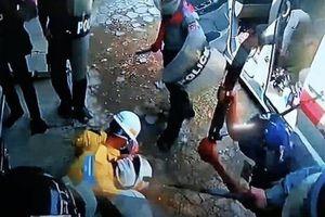 Video cảnh sát Myanmar đánh đập dã man nhân viên y tế