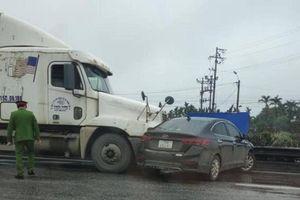 Chuyển làn ẩu, xe container va chạm với ô tô con trên QL5
