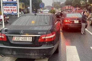 Vụ 2 xe Mercedes dùng chung biển số ở Hà Nội: Một chủ xe không xuất trình được giấy tờ