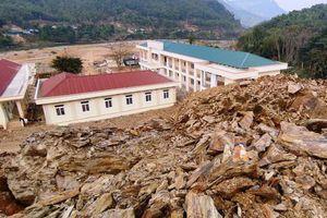 Học sinh Trường Phổ thông dân tộc bán trú - THCS Trung Thành được chuyển đến nơi an toàn sau sự cố sạt lở đất