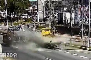 Tông đuôi xe cứu hộ ở tốc độ cao, BMW nát bét