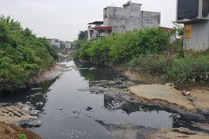 Bất chấp lệnh cấm, nước thải đen ngòm vẫn chảy ra sông Cầu